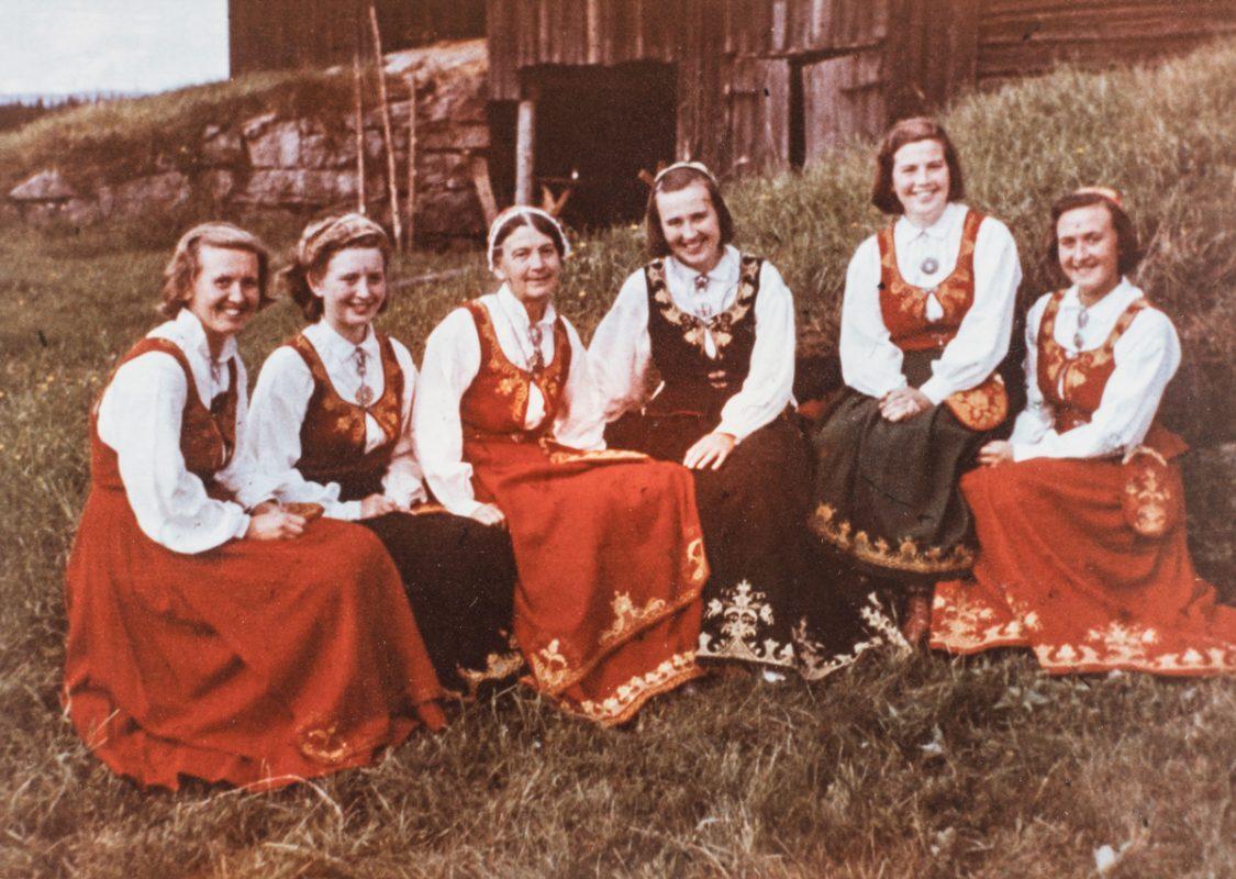 Borghild Tranum Røer med døtre i Romeriksbunader L40, Heimen Husfliden